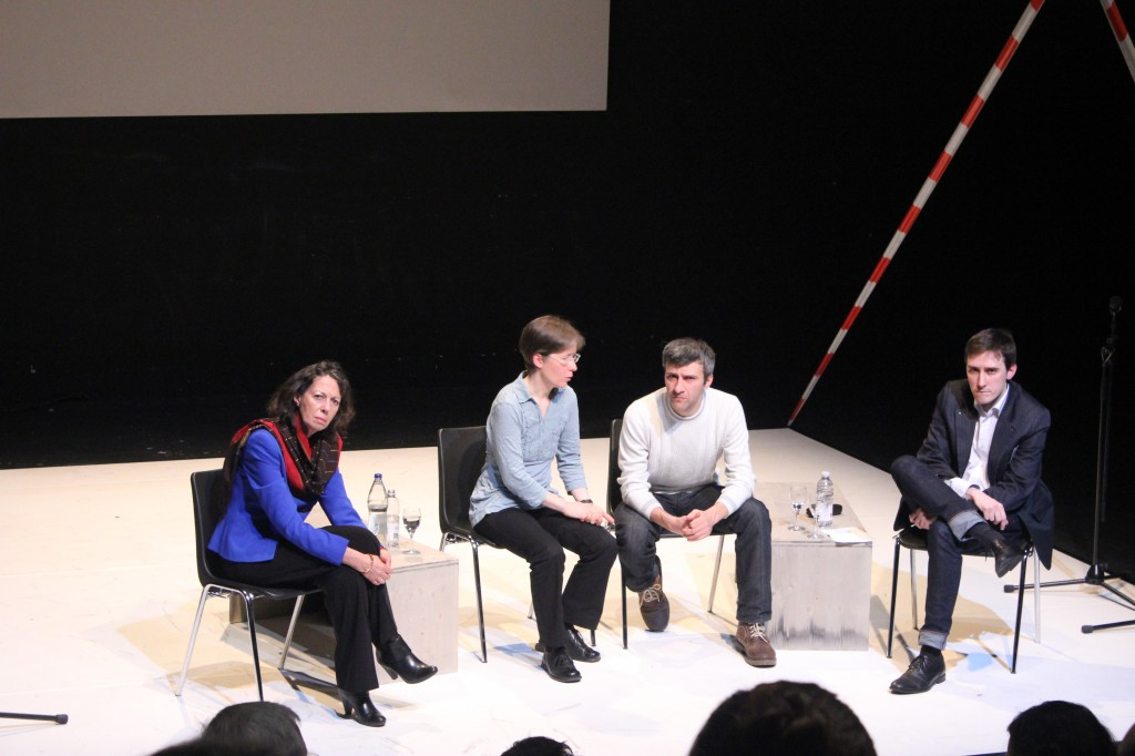 Beim anschließenden Autorengespräch:(v.r.n.l.) Prof. Dr. Caroline Y. Robertson-von Trotha (Direktorin des ZAK), Dmytro Ternovyi (Autor) mit Übersetzerin und Dramaturg Michael Gmaj